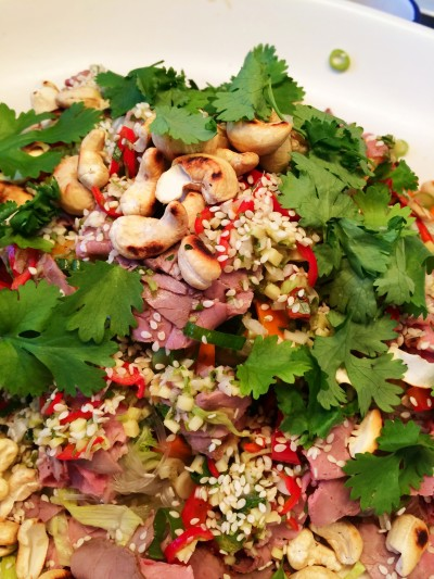 Vietnamesisk sallad med grillad rostbiff