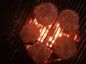 grillade hamburgare av högrev