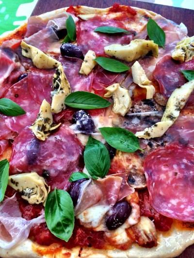 Grillad pizza med kronärtskockor och charkuterier