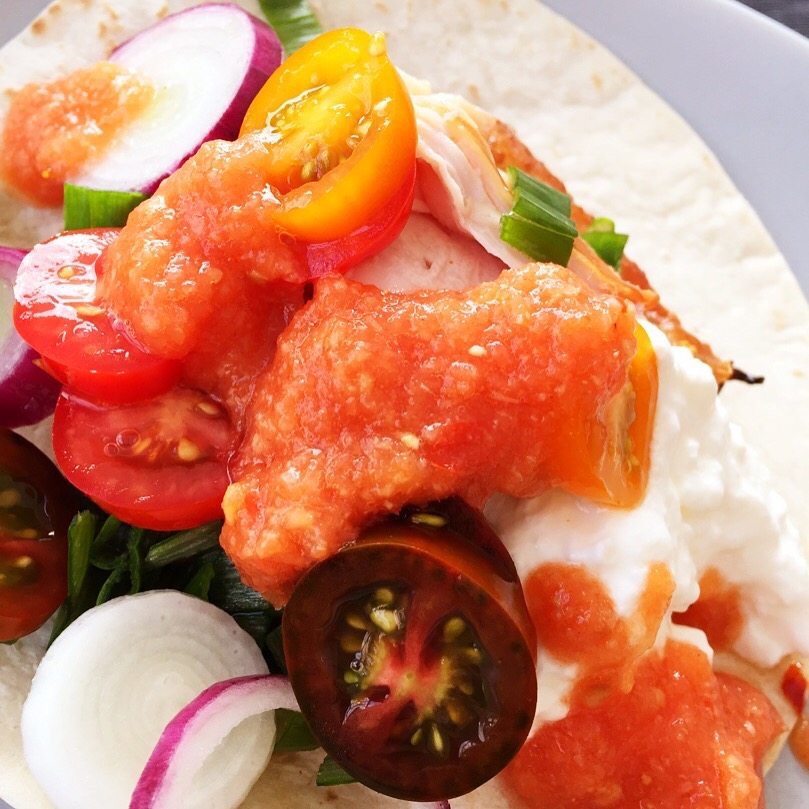Rökt kyckling med tomatsalsa och gräddfil
