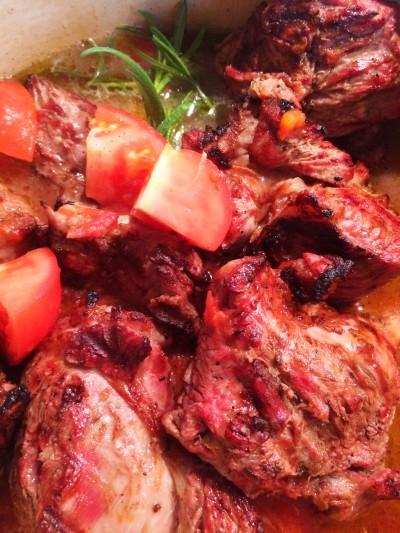 Grillad kalvhögrev i tomatsås
