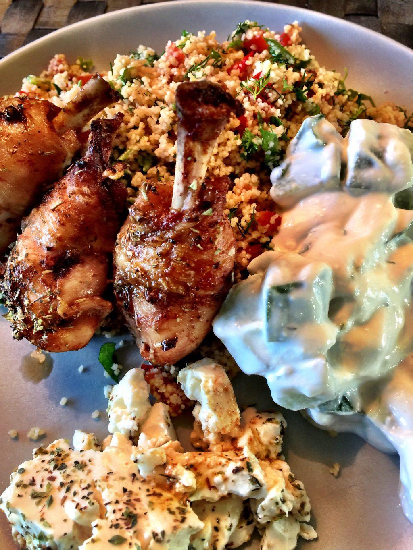 Grillade kycklingben med couscous och gurka i gräddfil