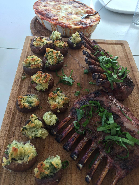 Grillade lammracks med fyllda champinjoner och aubergine